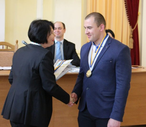 Нагороду з рук ректора отримує переможець міжнародних змагань Андрій Лагуш
