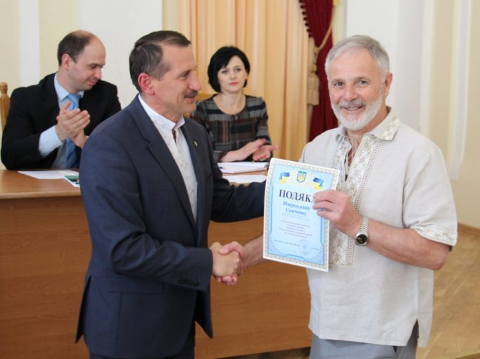 Подяку з рук міського голови отримує професор Мирослав Савчин