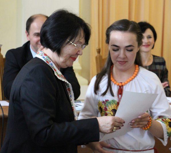 Ректор Надія Скотна вітає викладача Магдалину Марушку