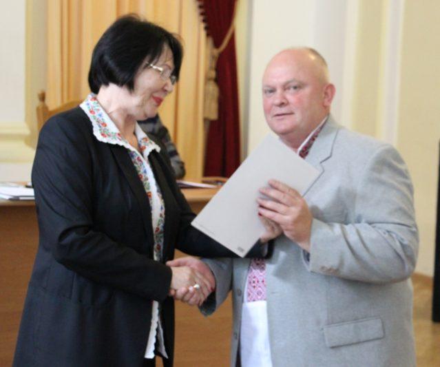 Ректор професор Надія Скотна вітає доцента Петра Фриза