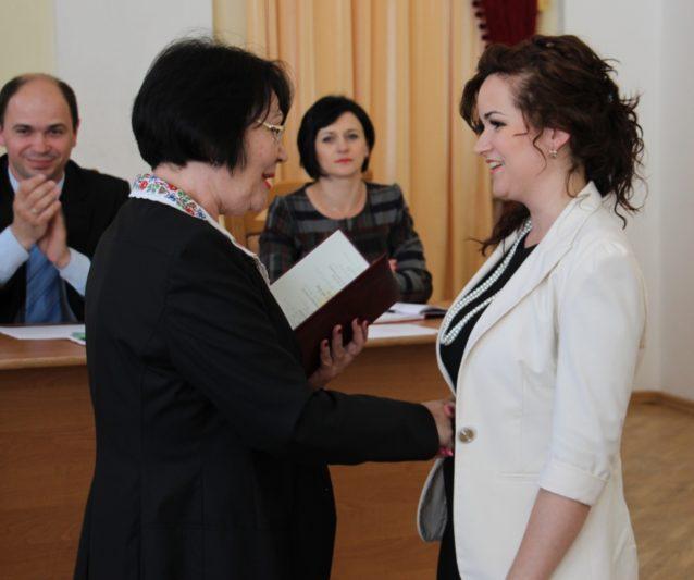 Ректор професор Надія Скотна вручає диплом кандидата педагогічних наук Мар'яні Костецькій