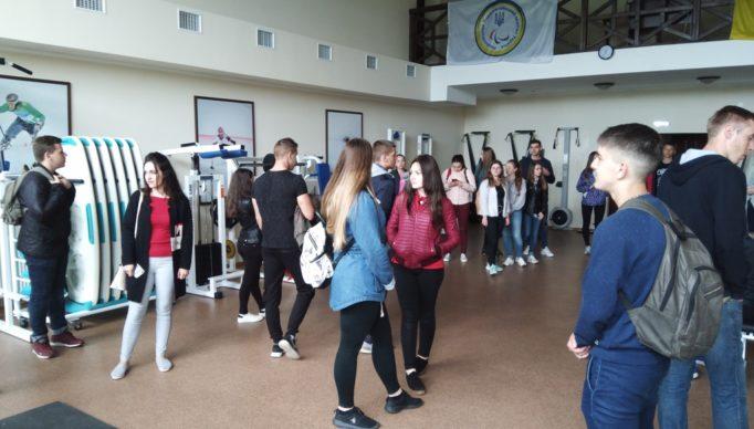Студенти у тренажерному залi