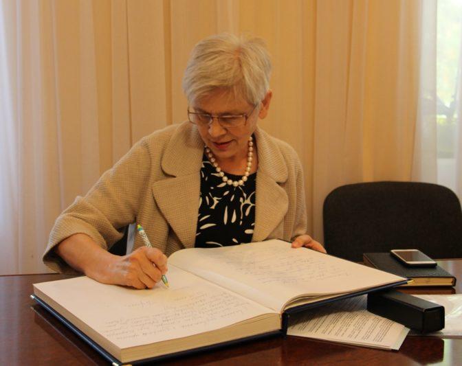 У книзі для почесних гостей професор Ольга Сухомлинська залишає свій відгук про Дрогобицький університет