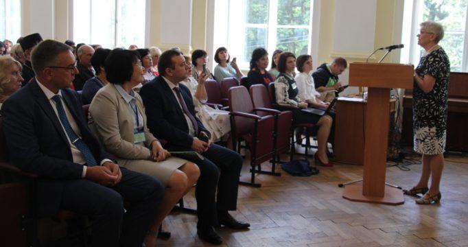 Із доповіддю виступає професор Ольга Сухомлинська