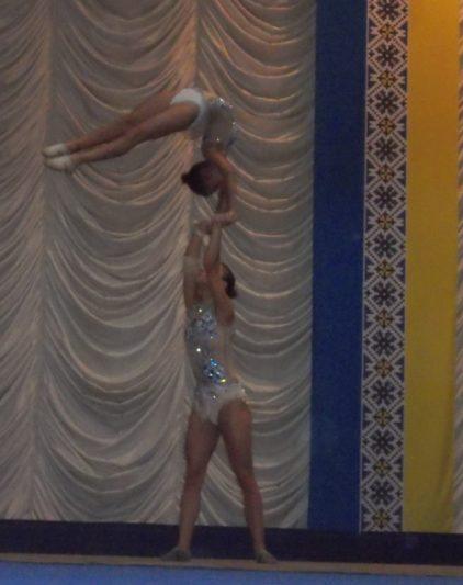 Акробатичний номер виконують Юлія Пилип`як (інститут фізичної культури і здоров`я) та Олександра-Марія Табачинська (Дрогобицька гімназія )