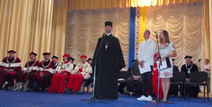 Благословляє усіх присутніх капелан університету отець Олег Кекош