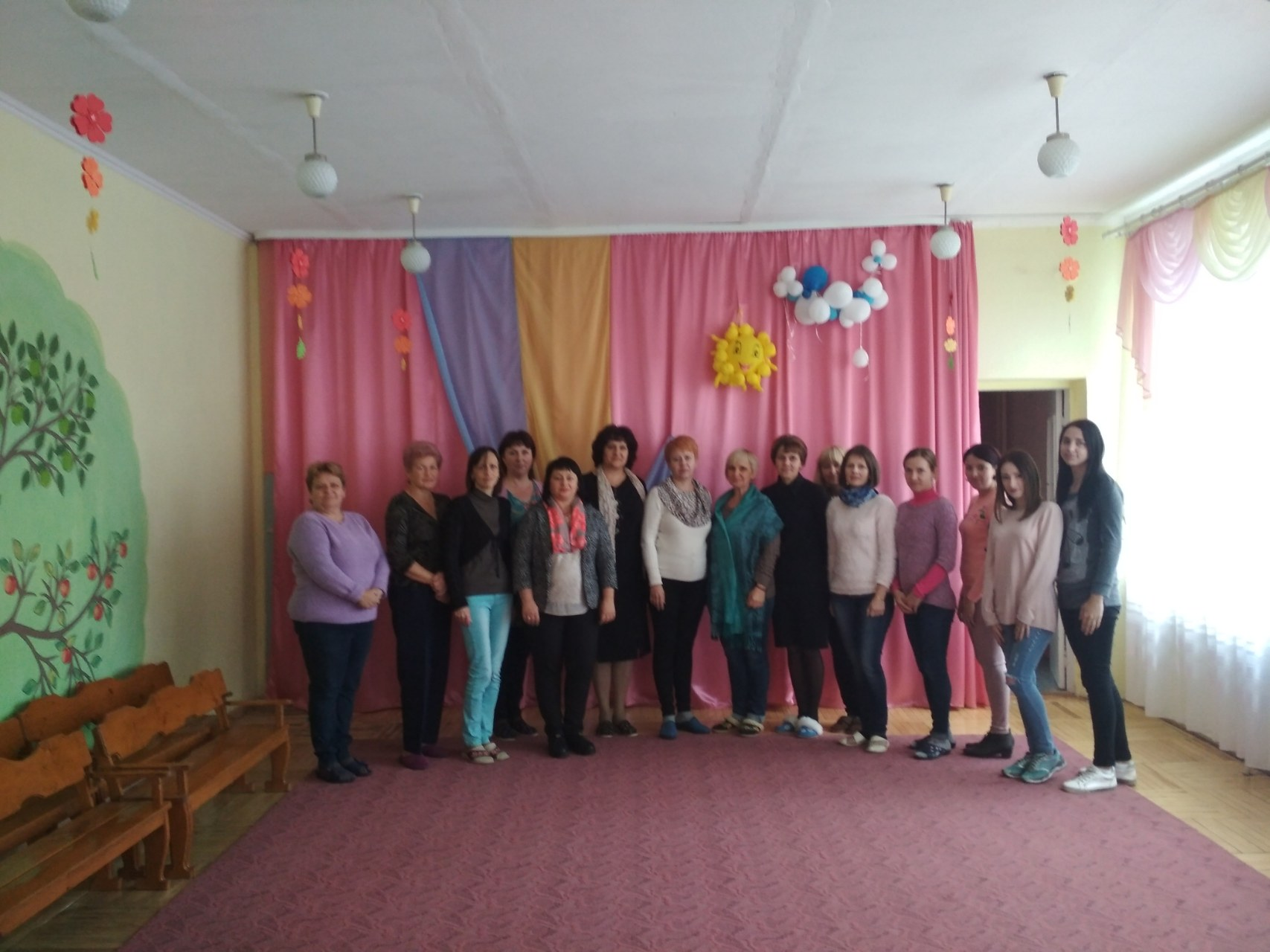 """ДНЗ № 11 """"Світлячок"""" – шоста зліва завідувач Леся Миколаївна Цінцірук."""