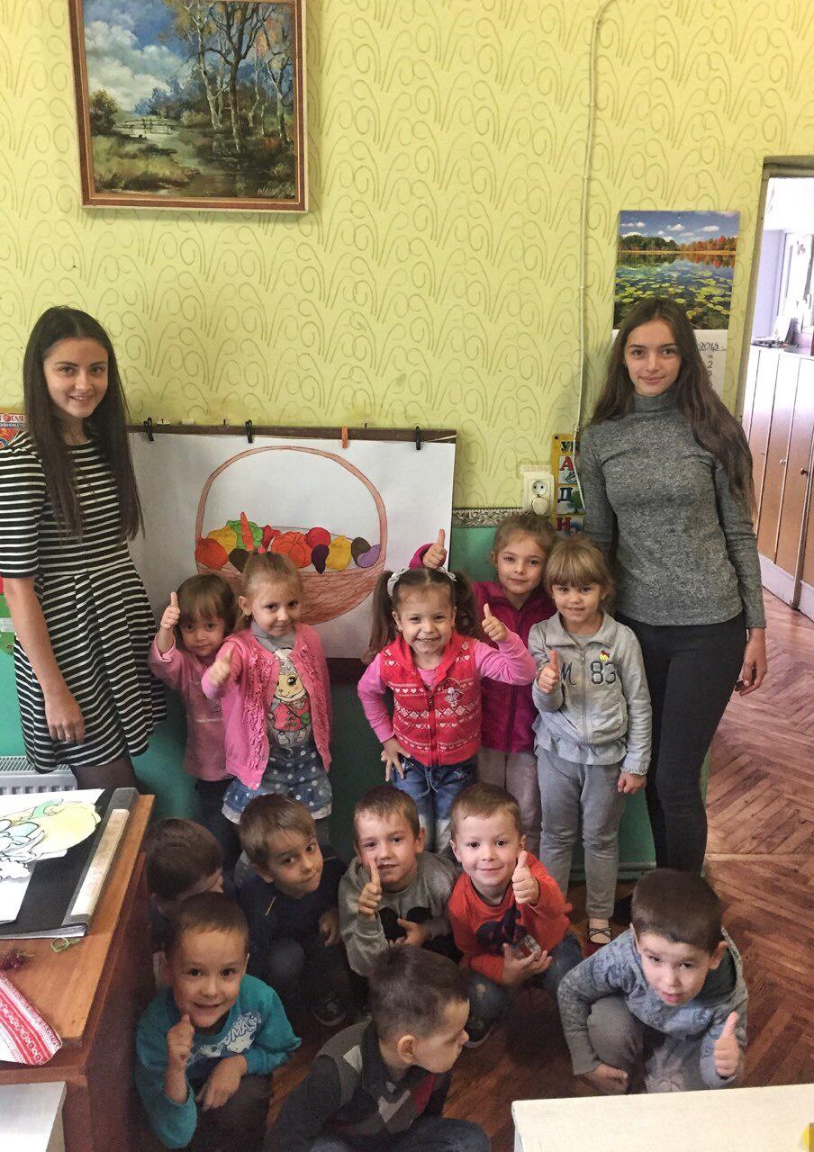 заняття проводили студенти групи ДО –44 Б зліва Янкович Оля та справа Гамків Катерина