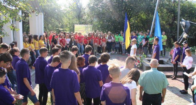 Колектив Дрогобицького лiцею на урочистiй лiнiйцi бiля пам'ятника жертвам бiльшовицьких репресiй