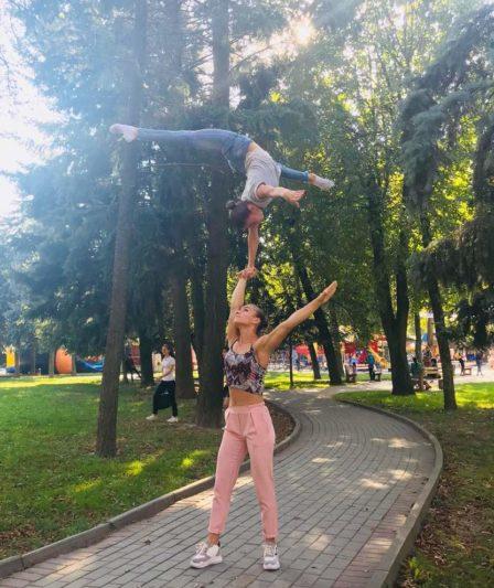 Показовi виступи у центральному парку Вiнницi Юлія Пилип`як знизу 2