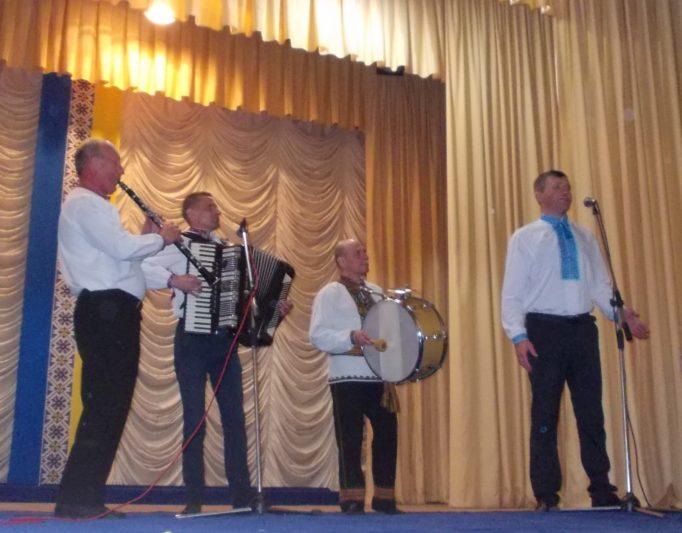 Виступає народний інструментальний ансамбль «Намисто»