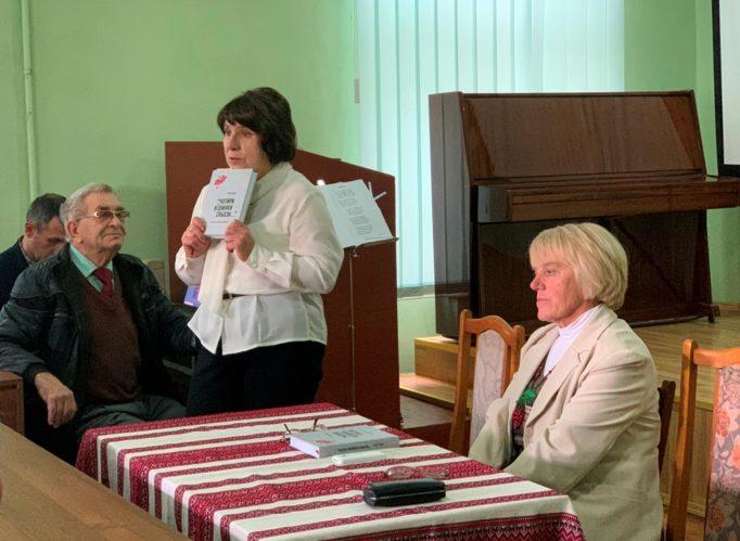 Модератор презентацiї - Лiлiя Гулевич і поетеса Любов Проць