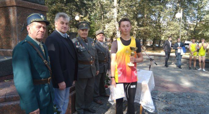 Олег Кришталь із кубком та грамотою за I мiсце